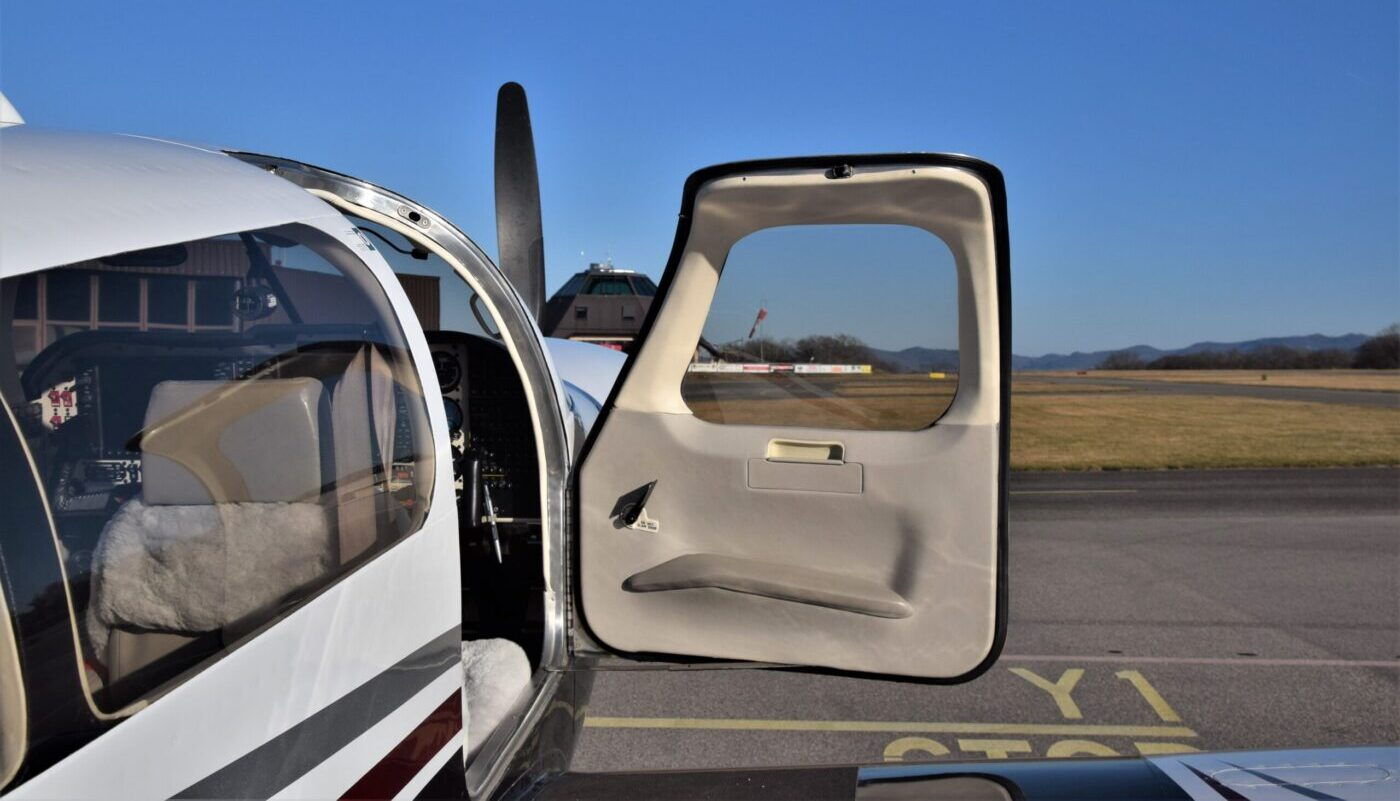 Mooney M20M, HB-DIR, Open Door